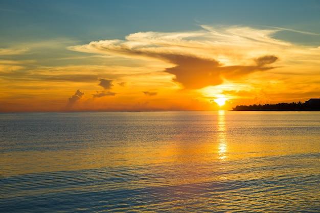 Prachtige zonsopgang boven het tropische strand