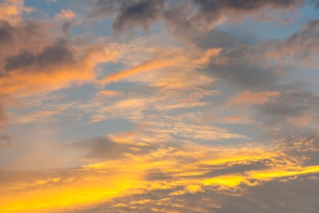 Prachtige zonsopgang en bewolkte hemel