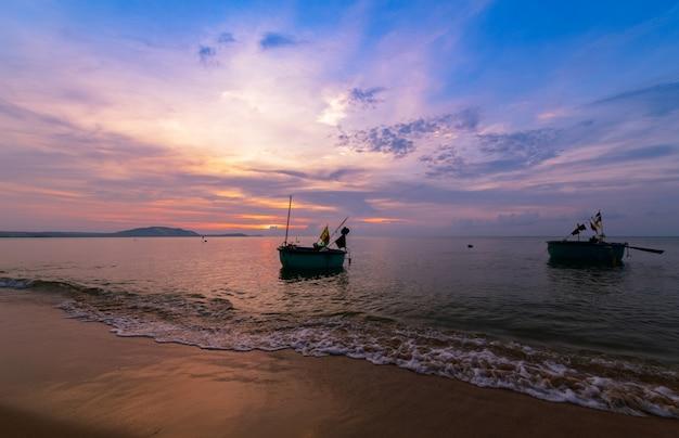 Prachtige zonsopgang en boten om te vissen