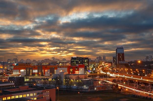 Prachtige zonsopgang en de lichten van de nachtstad.