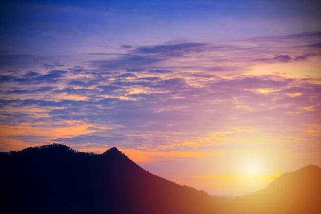 Prachtige zonsopgang in de bergen