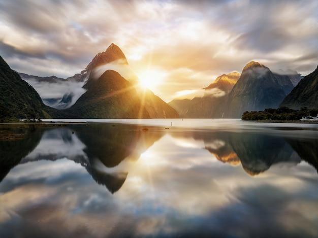 Prachtige zonsopgang in milford sound, nieuw-zeeland