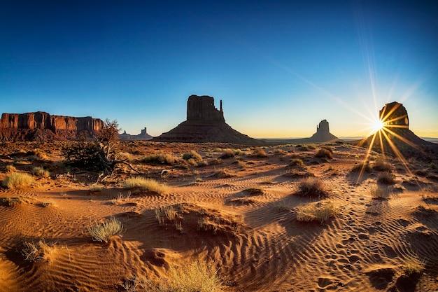 Prachtige zonsopgang in monument valley, verenigde staten