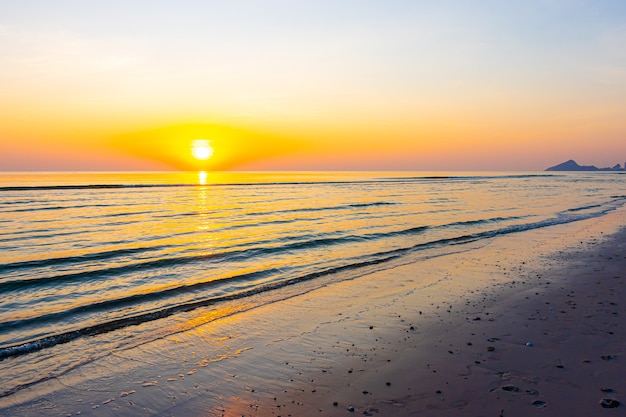 Prachtige zonsopgang of zonsondergang met schemeringhemel en overzees strand