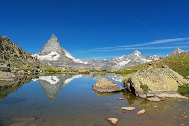 Prachtige zwitserse alpen landschap met stellisee meer en matterhorn berg reflectie in water