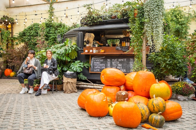 Prague, tsjechië - 09.10.2020: populaire botanica coffee truck café in de stad praag, tsjechië
