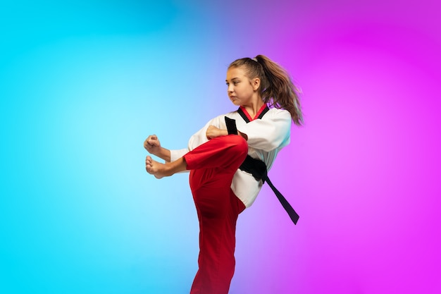 Praktijk. karate, taekwondo meisje met zwarte gordel geïsoleerd op verloop