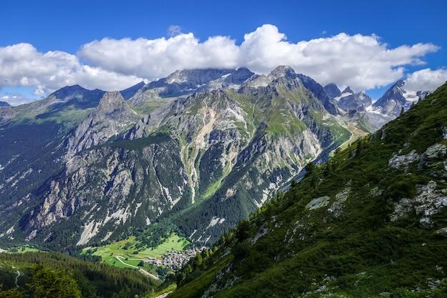 Pralognan la vanoise stad en bergen landschap in franse alpen