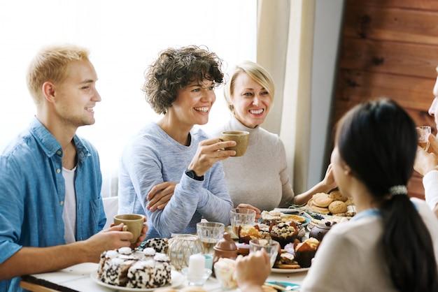Praten bij feestelijke tafel