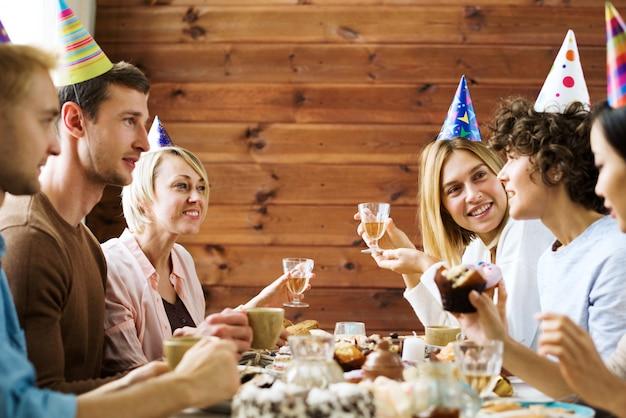 Praten bij verjaardagstafel