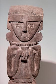 Pre-columbian houten standbeeld in museo de arte precolombino, cuzco, peru