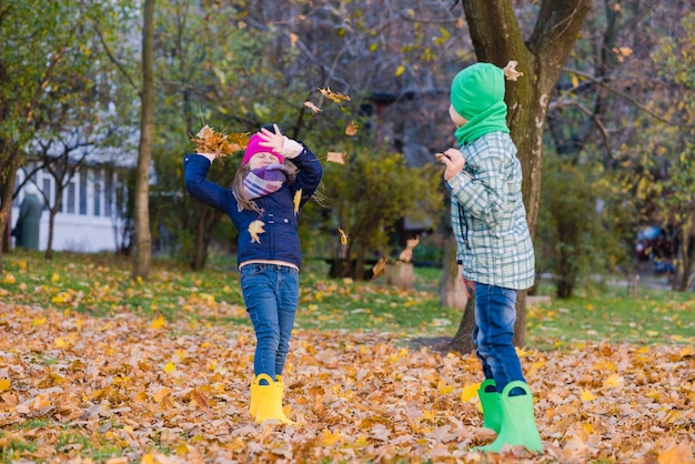 Preeten jongen en meisje hebben plezier in de herfst