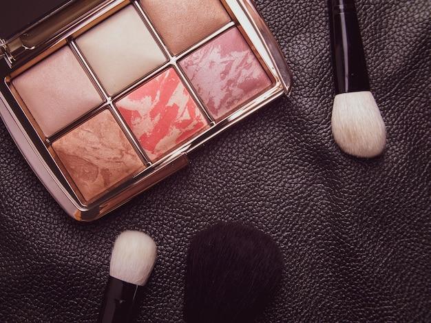 Premium cosmetica op zwart leer