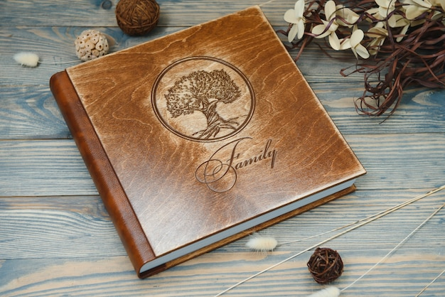 Premium familie fotoboek, groot formaat, houten omslag, stevige pagina's, kwaliteitsafdrukken.