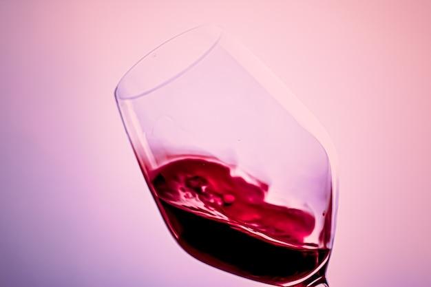 Premium rode wijn in kristalglas alcoholdrank en luxe aperitief oenologie en wijnbouwproduct
