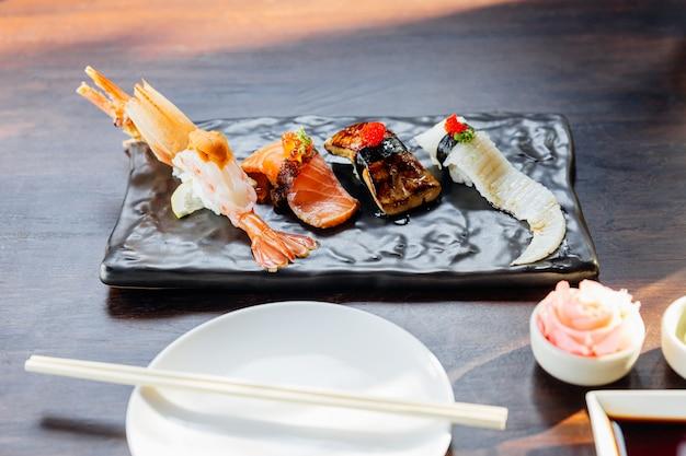 Premium sushi set bevat gefrituurde garnalen met zee-egel, foie gras,