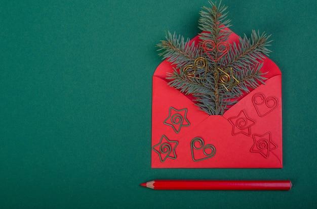 Prentbriefkaar een kerstboomtak in een envelop