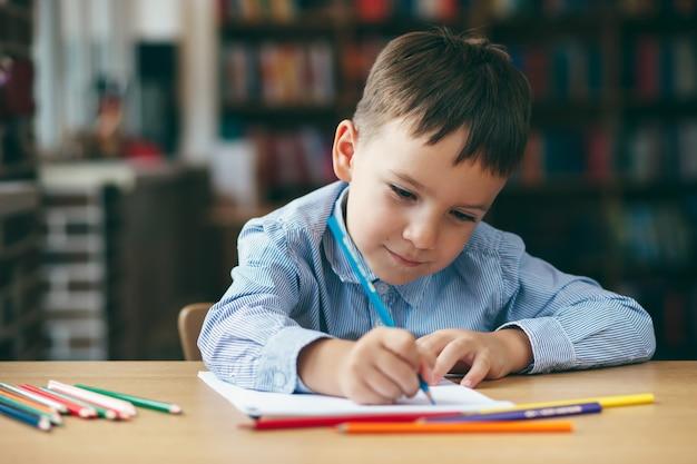 Preschool jongen tekenen