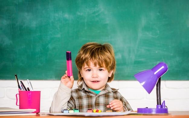 Preschooler kid leert in de klas