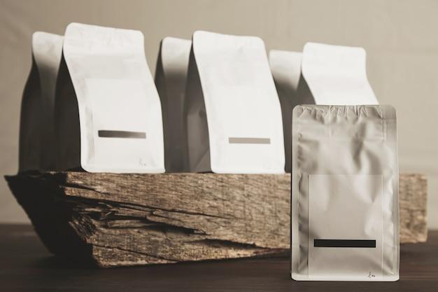 Presentatie van blanco verzegelde witte pakketten met het product erin klaar voor verkoop en levering