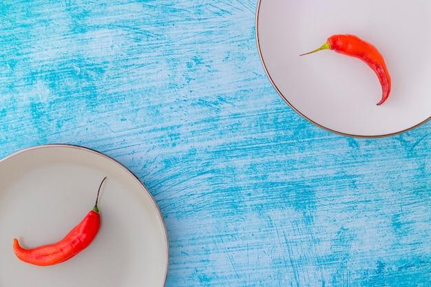 Presentatie van de peruaanse red hot chili in een gekleurd bord