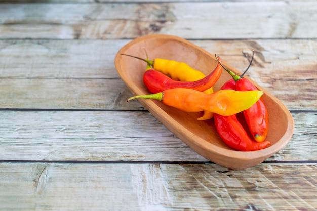 Presentatie van peruaanse hete rode chili (aji limo)