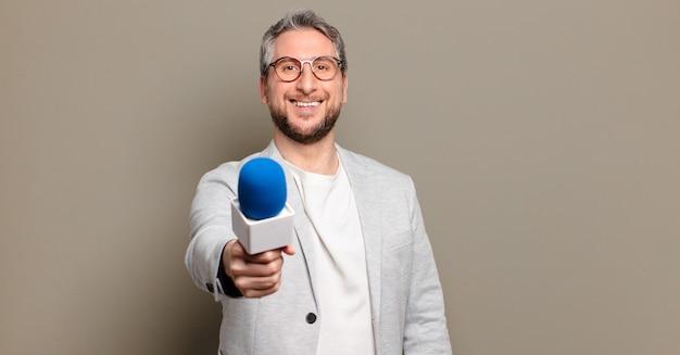Presentator van middelbare leeftijd met microfoon
