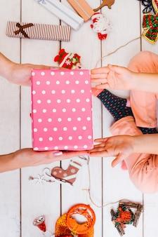 Presenteert decoratie met moeder op kerstmis