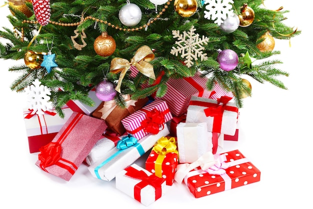 Presenteert onder de kerstboom op wit wordt geïsoleerd