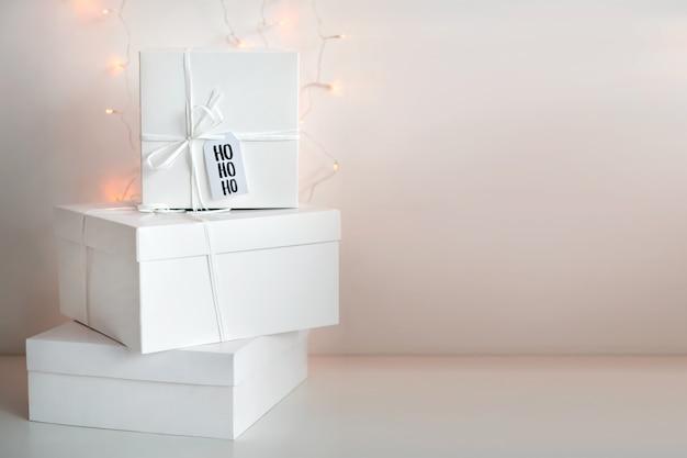 Presenteert voor kerst geïsoleerd op wit