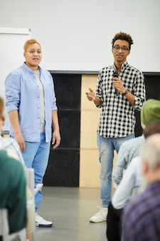 Presenteren van resultaten van sociaal experiment op conferentie