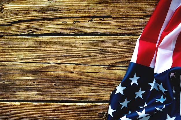 Presidents 'day typography houten tafel met amerikaanse vlag