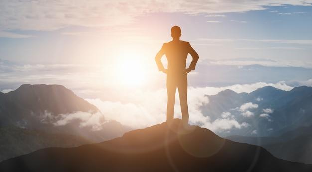 Prestatie en bedrijfsdoel succesconcept - creatieve zakenmensen met grafische pictograminterface die werknemersbeloning toont die voor zakelijk succesverwezenlijking geeft.