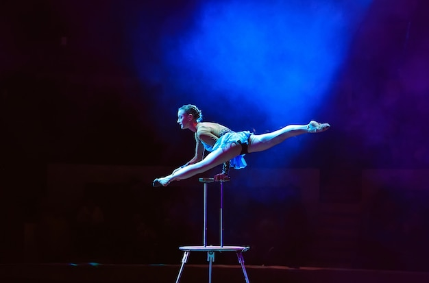 Prestaties van het acrobaatmeisje in het circus.