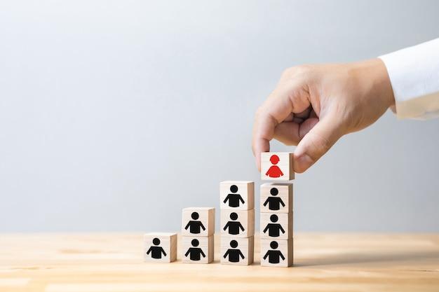 Prestaties van mens met bedrijfsbeheerconcepten met teken op houten doos. leiderschap met man of vrouw. kopie ruimte