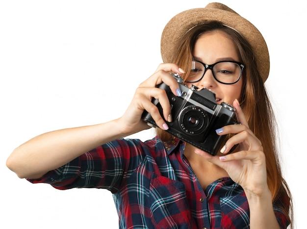 Pret gelukkig jong meisje dat een foto neemt die op wit wordt geïsoleerd