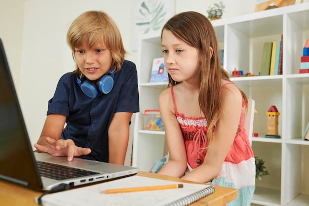 Preteen jongen die klasgenoot helpt