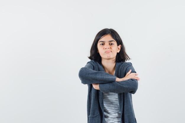 Preteen meisje dat armen in overhemd, jasje kruist en ontevreden ruimte voor tekst kijkt