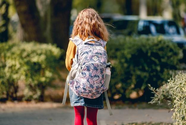 Preteen schoolmeisje met rugzak