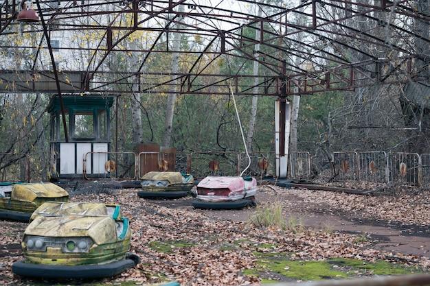 Pretpark met elektrische auto's in pripyat in tsjernobyl