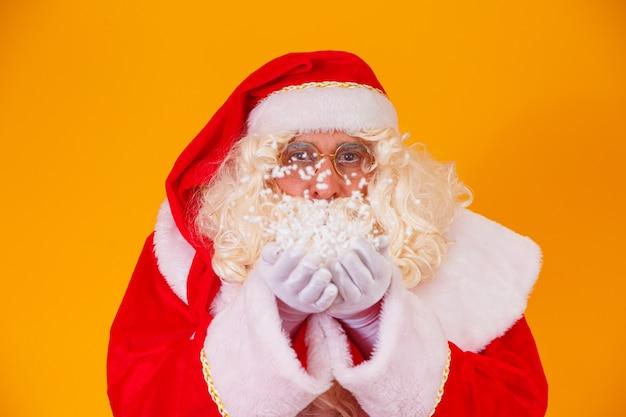 Prettige kerstdagen en fijne feestdagen! de kerstman blaast sneeuw.