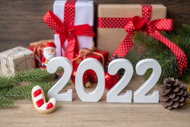 Prettige kerstdagen en gelukkig nieuwjaar 2022 met decoratie op tafel. kerstavond, feest, vakantie en tweede kerstdag concept