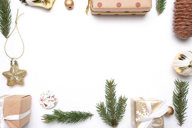 Prettige kerstdagen en gelukkig nieuwjaar decoratie witte achtergrond