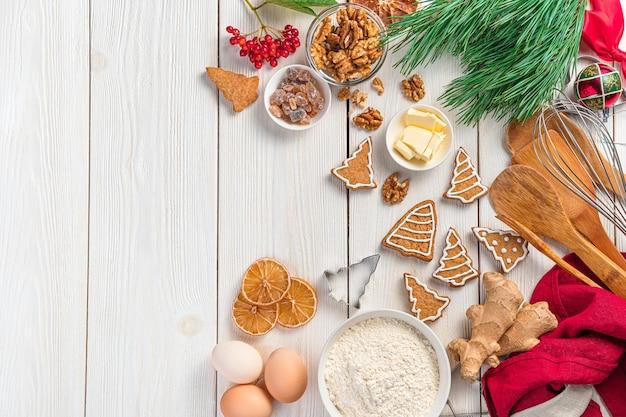 Prettige kerstdagen en gelukkig nieuwjaar feestelijke culinaire achtergrond met gemberkoekjes