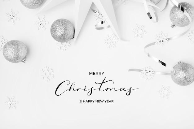 Prettige kerstdagen en gelukkig nieuwjaar greetins met zilveren tinten op een elegante witte achtergrond