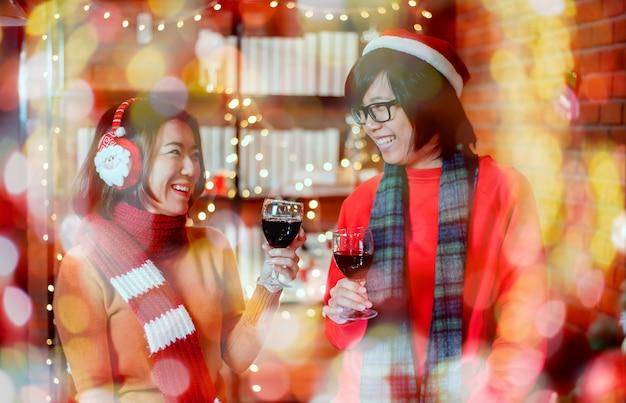 Prettige kerstdagen en gelukkig nieuwjaar met vrienden. thais en aziatisch in kerstfeest op wintervakantie.