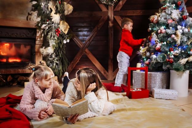 Prettige kerstdagen en gelukkig nieuwjaar, prachtige familie in xmas interieur.