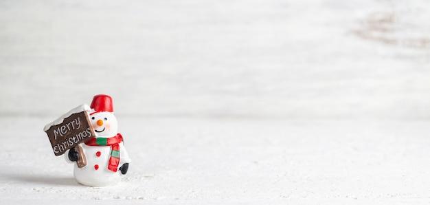 Prettige kerstdagen en gelukkig nieuwjaar sneeuwpop webbanner met copyspace.