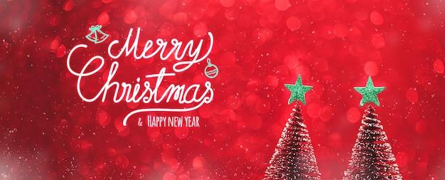 Prettige kerstdagen en gelukkig nieuwjaar tekst over kerstboom en groene start op rode glitter fonkelende lichtjes feestelijke achtergrond