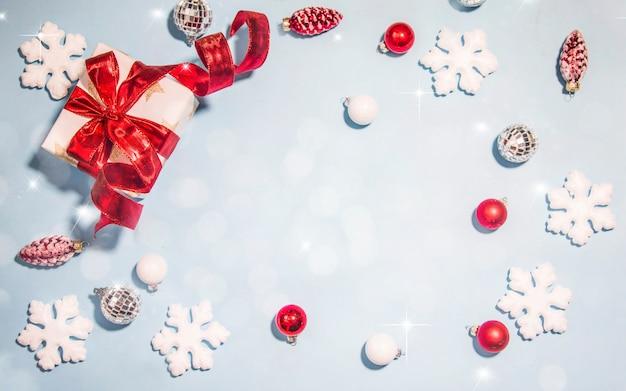 Prettige kerstdagen en gelukkig nieuwjaar, vakantie wenskaart met onscherpe bokeh achtergrond